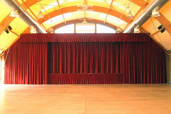 Centre polyvalent de brusaporto rideaux pour milieux polyvalentes peroni - Location de rideaux de scene ...